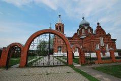 Kyrka i bosättningen av Ivanovskoye Arkivfoto