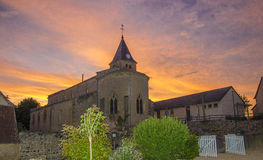 Kyrka i Bourgogne på solnedgången Arkivfoto