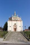 Kyrka i Crespi d'Adda Italy Arkivfoton
