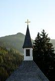 Kyrka i de österrikiska alpsna royaltyfri foto