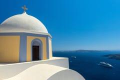 Kyrka i den Fira staden, Santorini, Grekland Royaltyfri Bild