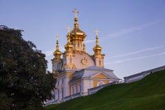 Kyrka i den Peterhof slotten Royaltyfri Foto