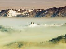 Kyrka i dimma Arkivbild