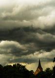 Kyrka i en åskväder Arkivbild