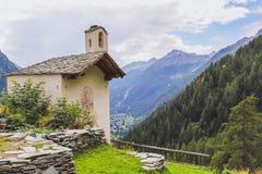 Kyrka i en alpin by i den Gressoney dalen nära Monte Rosa arkivbilder