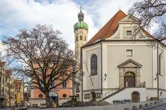 Kyrka i en liten stad i Tyskland Arkivfoton