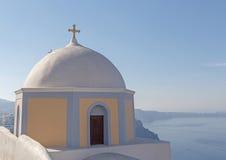 kyrka i Fira mot caldera arkivbild