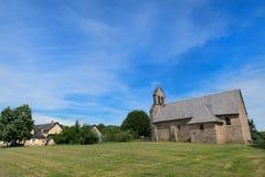 Kyrka i fransk by Royaltyfria Foton
