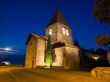Kyrka i helgonet-Sulpice, Schweitz efter solnedgång  Arkivfoton