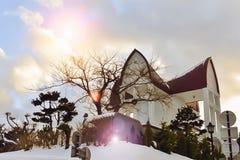 Kyrka i Hokkaido, Japan med den härliga himlen arkivfoto