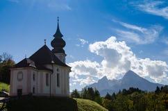 Kyrka i Maria Gern med Watzmann Royaltyfri Fotografi