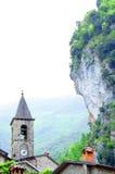 Kyrka i mycket liten medeltida italiensk by Royaltyfri Bild