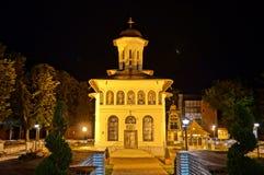 Kyrka i nattljus royaltyfri fotografi