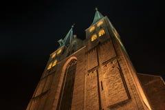 Kyrka i Nederländerna vid natt Royaltyfria Foton