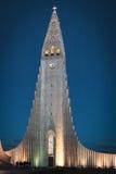 kyrka i Reykjavik vid natt Royaltyfri Fotografi