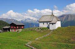 Kyrka i schweiziska Alps. Royaltyfri Foto