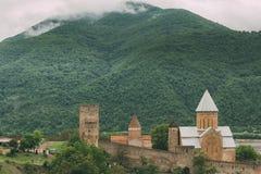 Kyrka i slotten komplexa Ananuri i Georgia, omkring 72 kilometer Royaltyfria Foton