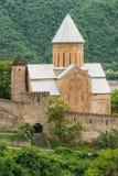 Kyrka i slotten komplexa Ananuri i Georgia, omkring 72 kilometer Arkivbild