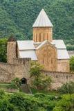 Kyrka i slotten komplexa Ananuri i Georgia, omkring 72 kilometer Arkivfoto