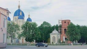 Kyrka i staden med härliga blåa kupoler och guld- kors arkivfilmer