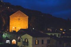 Kyrka i Tuscany på natten, Italien Arkivfoto