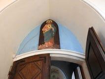 Kyrka med över dörr målade Jesus Christ, Litauen arkivfoto