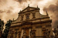 Kyrka med dramatisk himmel royaltyfri fotografi