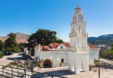 Kyrka med ett klockatorn Kato Monastery Tsambika Rhodes ö Royaltyfria Foton