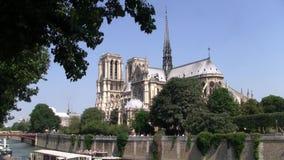 Kyrka Notre Dame de Paris som ?r intakt f?r branden lager videofilmer