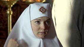 Kyrka Nunnor i servicen stock video
