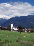Kyrka och berg i Bobrovec arkivbilder