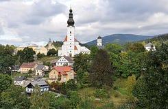 Kyrka och by Branna, Tjeckien, Europa royaltyfria foton