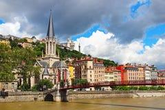 Kyrka och bro för St Georges över Saone River i Lyon, Frankrike Arkivbild