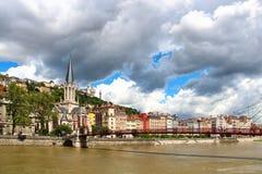 Kyrka och bro för St Georges över Saone River i Lyon, Frankrike Royaltyfri Fotografi