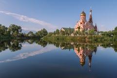 Kyrka och dess reflexion i vattnet Royaltyfria Bilder