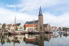 Kyrka och fartyg i södra hamnkanal av Harlingen, Netherland Royaltyfri Fotografi