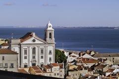 Kyrka och flod i Lissabon Royaltyfria Bilder