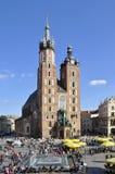 Kyrka och folk för St Mary. Marknadsfyrkant i Krakow arkivfoto