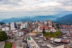 Kyrka och grannskap i Manizales, Colombia royaltyfri foto