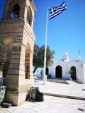 Kyrka- och Grekland flagga i den Lycabettus kullen Arkivfoton