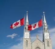 Kyrka- och Kanada flaggor arkivbild