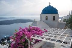 Kyrka- och klockatorn på den Santorini ön, Grekland Arkivbild