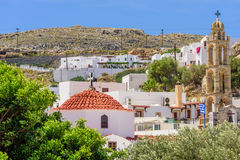 Kyrka och klockstapel i den grekiska byn av Lindos Arkivfoton