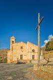 Kyrka och kors på costaen i Korsika Arkivfoto