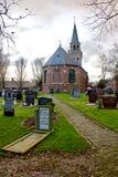 Kyrka och kyrkogård i den zurich frisiaen Royaltyfri Foto