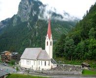 Kyrka och kyrkogård i Schweiz Arkivbilder