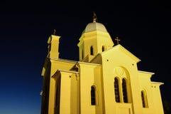 Kyrka och kyrkogård på natt Royaltyfri Fotografi