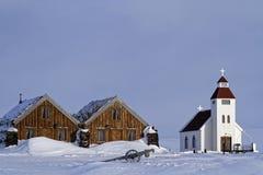 Kyrka och lantgård i snön Royaltyfri Bild