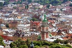 Kyrka och Lviv för antagande cityscape för ortodox, Ukraina arkivfoto