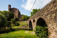 Kyrka och medeltida bro i Sant Joan lesstilsorter Royaltyfri Foto